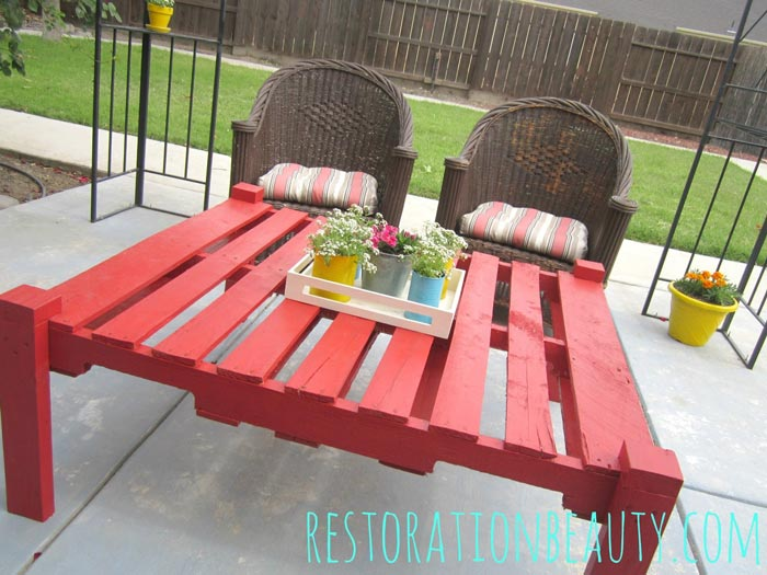 Homemade-DIY-Pallet-Table